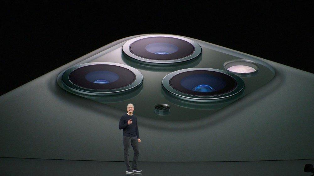 Applesjef Tim Cook avduket selskapets første Pro-mobil tirsdag kveld med iPhone 11 Pro og iPhone 11 Pro Max. Mobilen er utstyrt med tre kameraer, deriblant et med ultravidvinkellinse. Foto: Apple