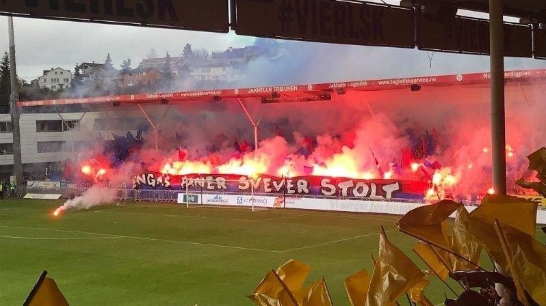 Klikk på bildet for å forstørre. Vålerenga fansen med mange bluss under oppgjøret mot Lillestrøm på Åråsen.