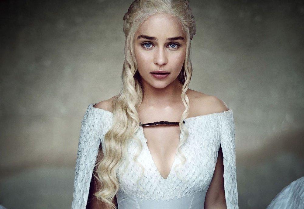 Klikk på bildet for å forstørre. Bilde av Emilia Clarke som Daenerys Targaryen i Game of Thrones.