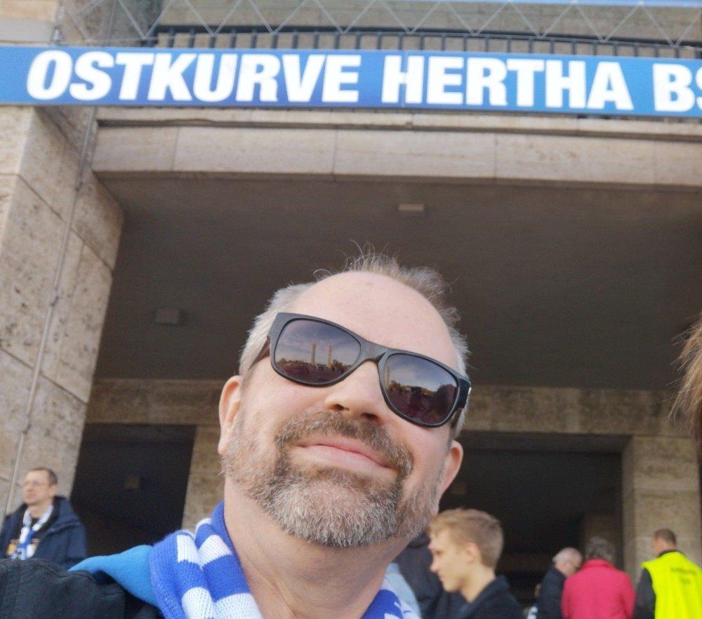 Klikk på bildet for å forstørre. SER MYE TYSK FOTBALL: Asbjørn Slettemark er en av personene bak DHZ-pod, en podkast om tysk fotball.
