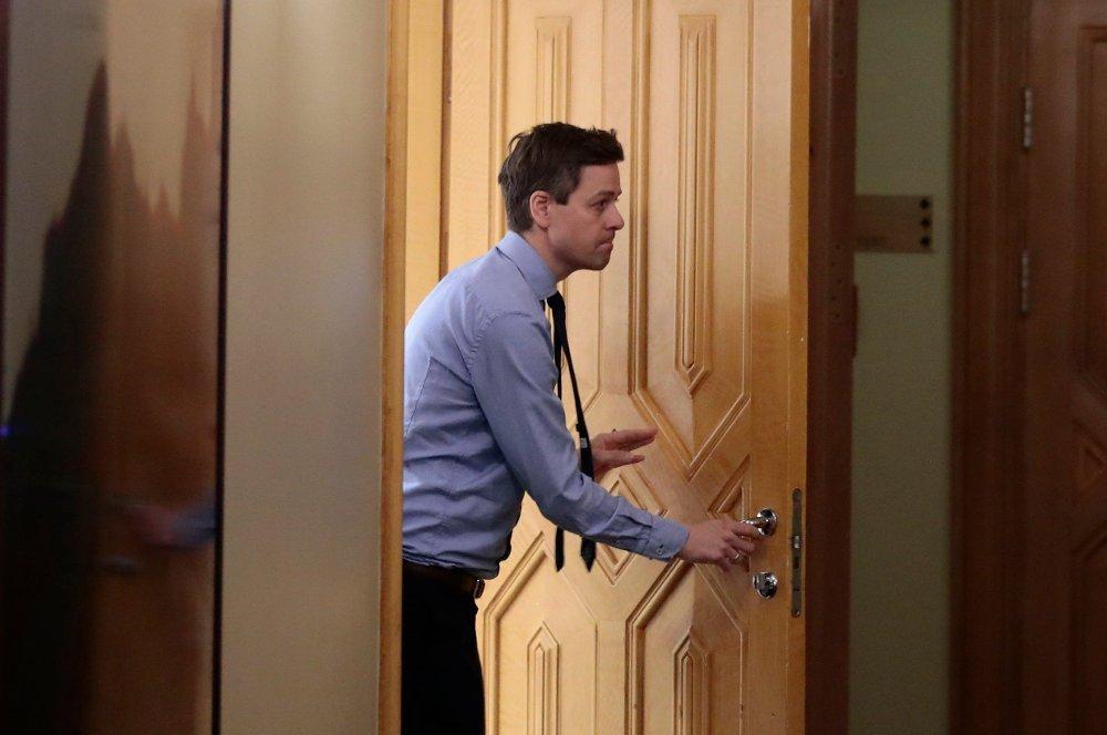 Klikk på bildet for å forstørre. Knut Arild Hareide på vei ut av en dør på Stortinget.