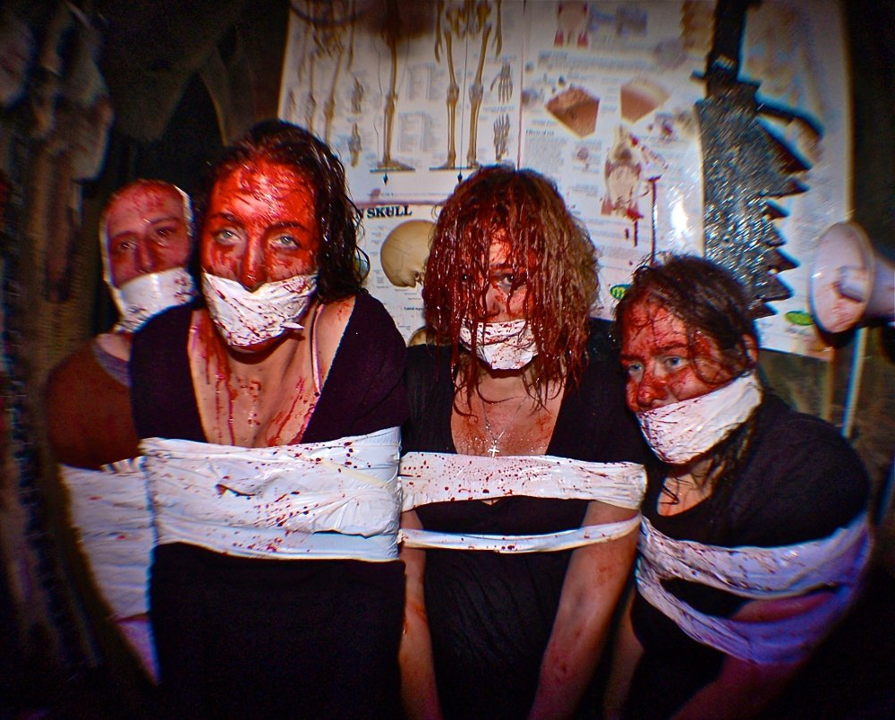 Klikk på bildet for å forstørre. Scariest haunted house PIC BY RUSS MCKAMEY/ CATERS NEWS - - These are the terrifying images of what is believed to be the worlds most exclusive haunted house - which has a waiting list of more than 24,000 PEOPLE. The McKamey Manor, in San Diego, California, can only accommodate two visitors at a time, with applicants having to be background checked by the founder, Russ McKamey, first. NO-ONE has ever complete the haunt in its entirety - even a marine and adrenaline junkie did not make it through. Truly interactive, the experience has been described as a real-life horror movie: visitors travel between four locations; the entire experience is filmed; spectators can watch on global webcams; and the entire haunt can last between four and eight hours. Due to its cinematic nature, no two visits are ever the same. SEE CATERS COPY.