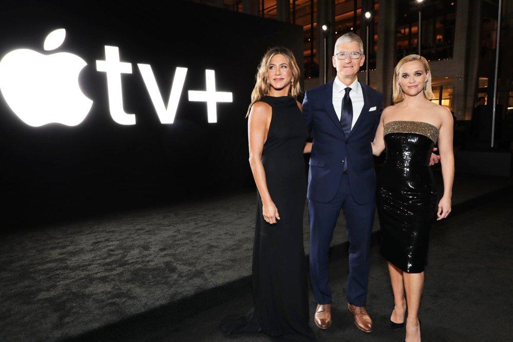 Klikk på bildet for å forstørre. Apple-sjef Tim Cook sammen med skuespillerne Jennifer Aniston og Reese Whiterspoon. «The Morning Show» ble tilgjengelig på Apple TV+ fra 1. november 2019.