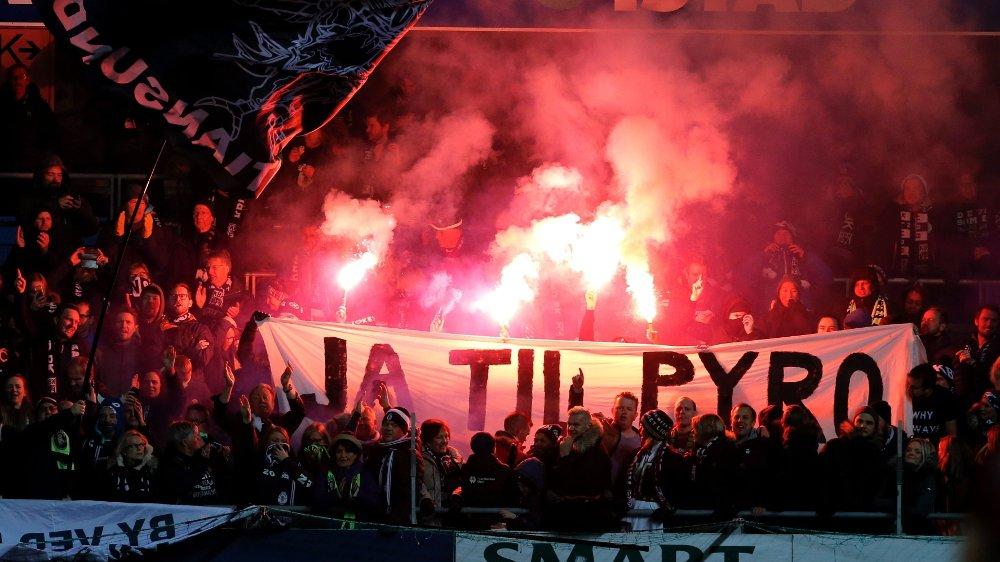 Klikk på bildet for å forstørre. JA TIL PYRO: KBK-supporterne blusset på Aker Stadion.