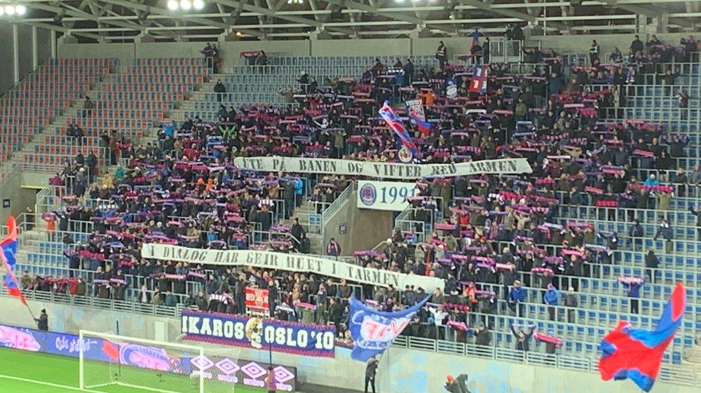 Klikk på bildet for å forstørre. KLAR TALE: VIF-fansen holdt opp dette banneret underveis i kampen mot Brann, trolig med retning NFFs sikkerhetsdelegat på Åråsen sist helg, Geir Ellefsen.