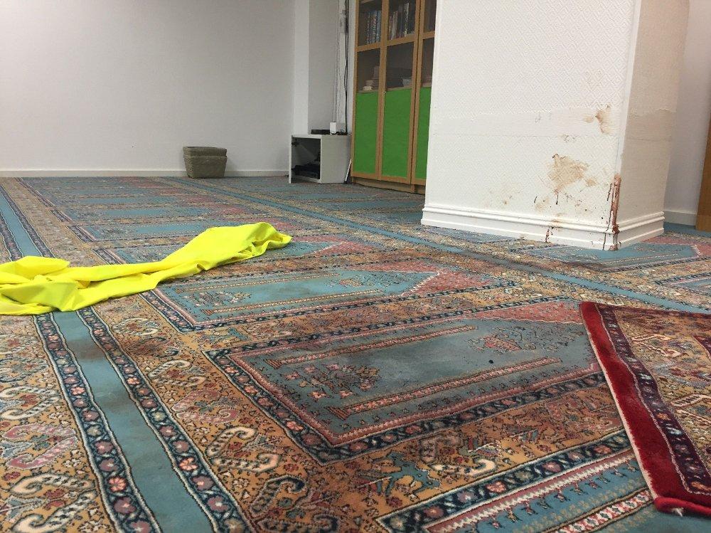 Klikk på bildet for å forstørre. Store blodflekker på teppet i moskeen i Bærum som Manshaus angrep i august. I moskeen var det kulehull, blodflekker og knust glass.
