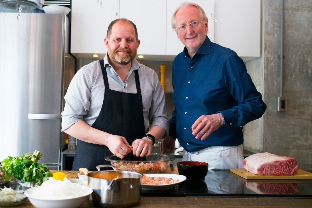 Klikk på bildet for å forstørre. Truls Svendsen og Eyvind Hellstrøm lager mat.