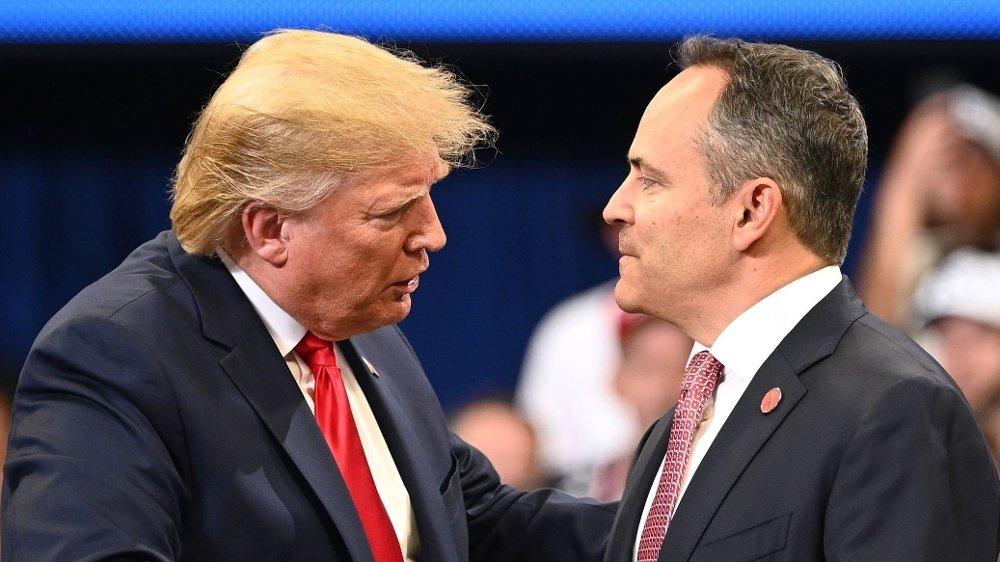 Klikk på bildet for å forstørre. Sittende guvernør Matt Bevin fra det republikanske partiet har ennå ikke erkjent nederlag i Kentucky. Han viser til uspesifiserte «uregelmessigheter». Her er Bevin sammen med Donald Trump under et rally på mandag denne uken, til støtte for Bevin.
