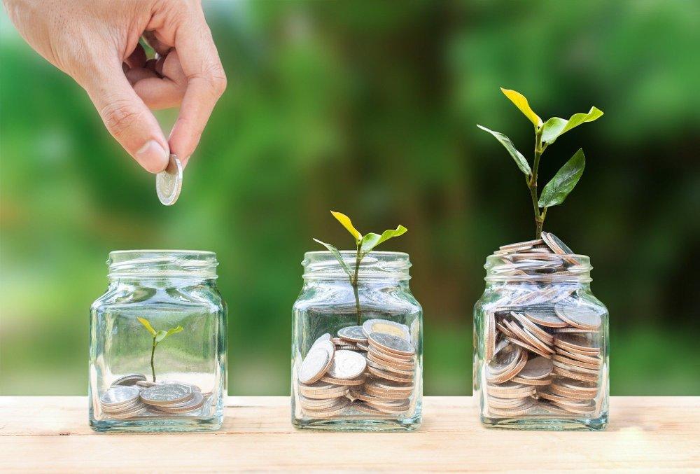 Klikk på bildet for å forstørre. mynter i tre forskjellige glass. En personer slipper en mynt i første glasset.
