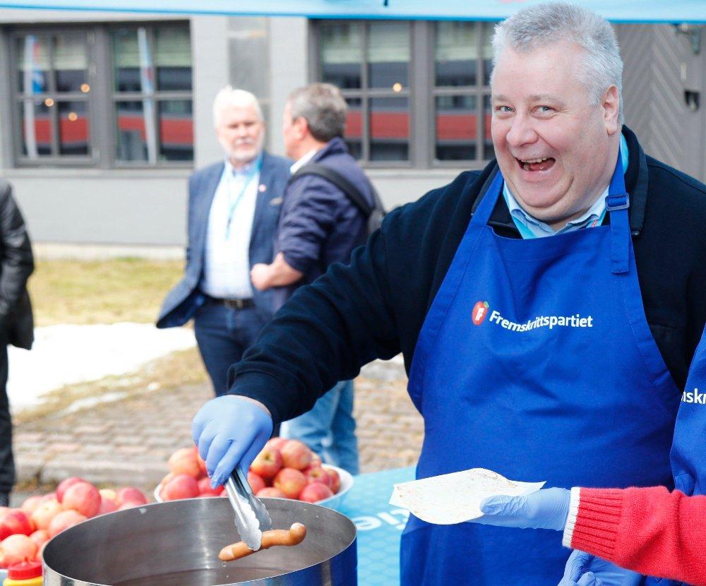 Klikk på bildet for å forstørre. Gardermoen 20180427. Sylvi Listhaug og Bård Hoksrud serverer pølser i forbindelse med Fremskrittspartiets landsmøte fredag.