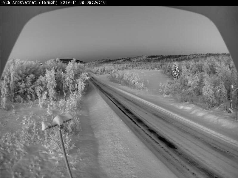 Klikk på bildet for å forstørre. SØRREISA: Fylkesvei 86 over Andsvatnet i Sørreisa i Troms fredag morgen. Værprognosene for dagen tilsier sol og temperaturer rundt 16 minus.