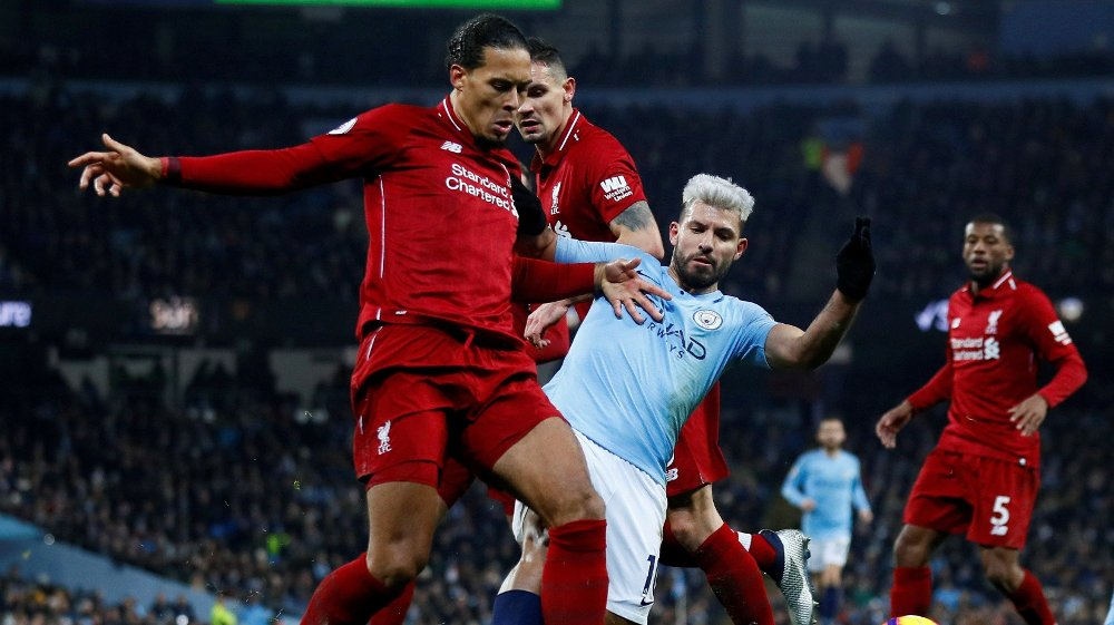 Klikk på bildet for å forstørre. FILE PHOTO: Soccer Football - Premier League - Manchester City v Liverpool - Etihad Stadium, Manchester, Britain - January 3, 2019 Liverpool's Virgil van Dijk and Dejan Lovren in action with Manchester City's Sergio Aguero Action Images via Reuters/Jason Cairnduff EDITORIAL USE ONLY. No use with unauthorized audio, video, data, fixture lists, club/league logos or