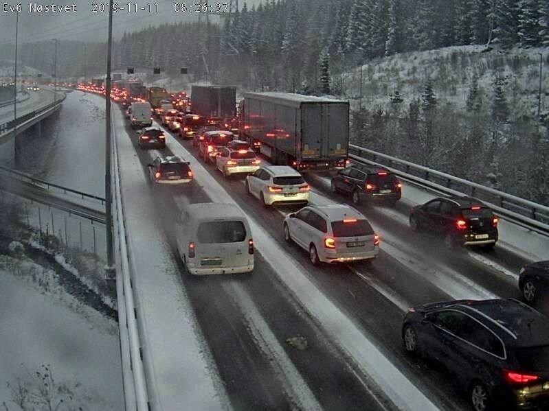 Klikk på bildet for å forstørre. Tett trafikk på E6 ved Nøstvedt i mellom Oppegård og Ski kommuner mandag morgen.