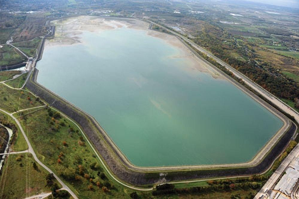Klikk på bildet for å forstørre. En kunstig innsjø for å produsere strøm sett fra luften.