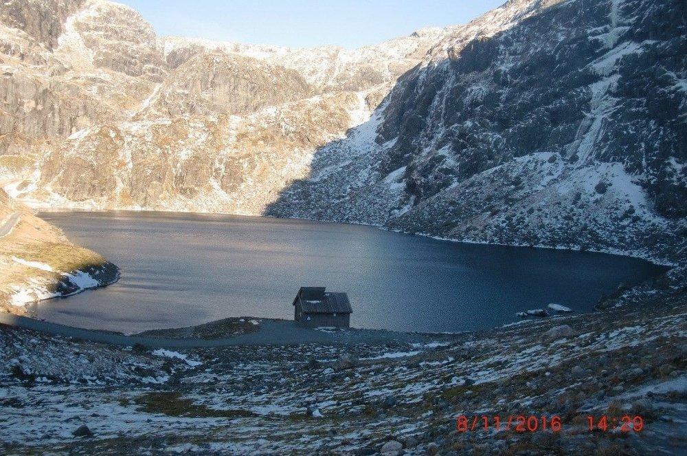Klikk på bildet for å forstørre. Markjelke er et av få pumpekraftverk i Norge. Pumpestasjonen pumper driftsvannet fra Markjelkevatn inn på vannveien nedenfor Jukla kraftverk. Vannet føres på denne måten inn i Svartedalsvatn og Mysevatn, som er inntaksmagasiner for Mauranger kraftverk.