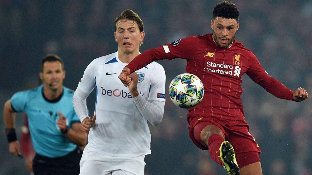 Klikk på bildet for å forstørre. STARTER: Sander Berge spiller fra start for Genk mot Liverpool tirsdag. Her er han i duell med Alex Oxlada-Chamberlain.