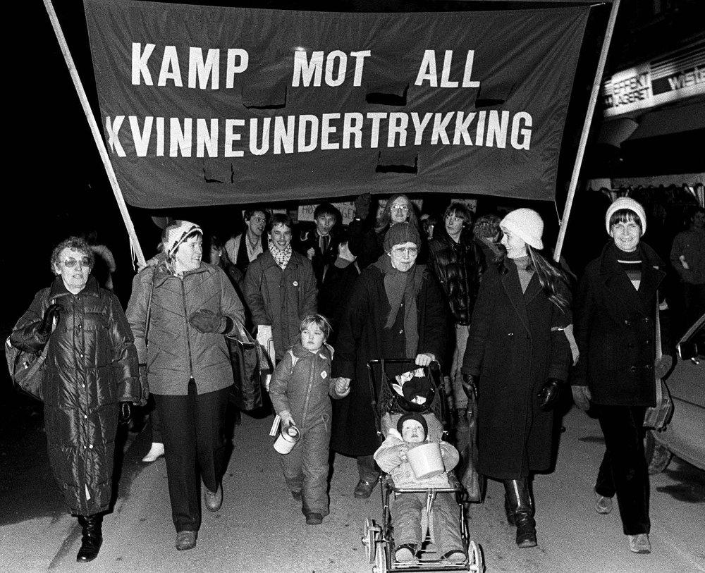 Klikk på bildet for å forstørre. DEMONSTRERTE: Hovedparolen på Kvinnedagen i 1982.