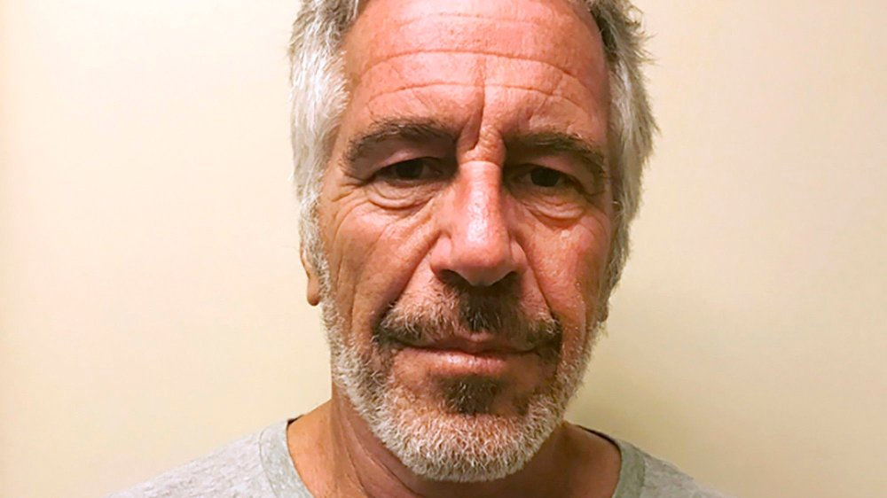 Klikk på bildet for å forstørre. 66 år gamle Jeffrey Epstein satt varetektsfengslet og var anklaget for menneskehandel og seksuelle overgrep mot unge jenter gjennom en årrekke, inntil han ble funnet død i høysikkerhetsfengselet 10. august i år.