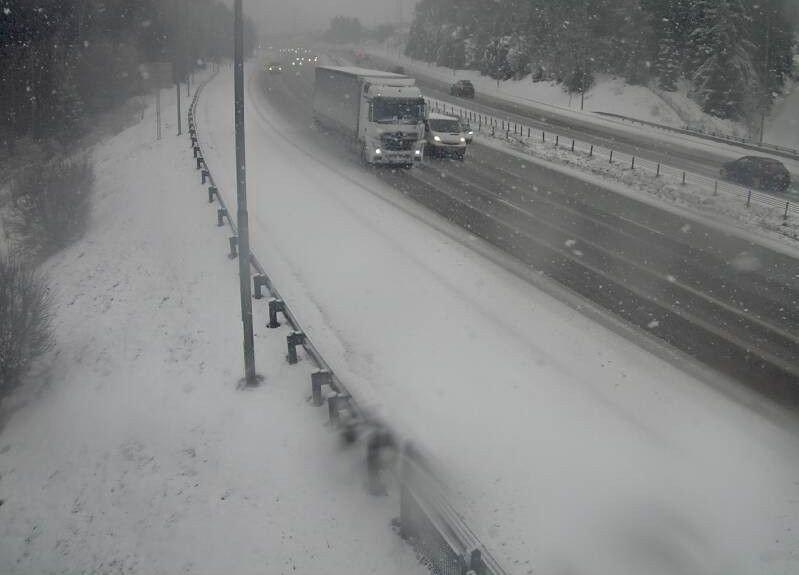 Klikk på bildet for å forstørre. VANSKELIGE KJØREFORHOLD: Dette bildet er tatt klokken 12.08 ved E6 Djupdalen utenfor Oslo og viser tydelig hvor mye snø som er i området.