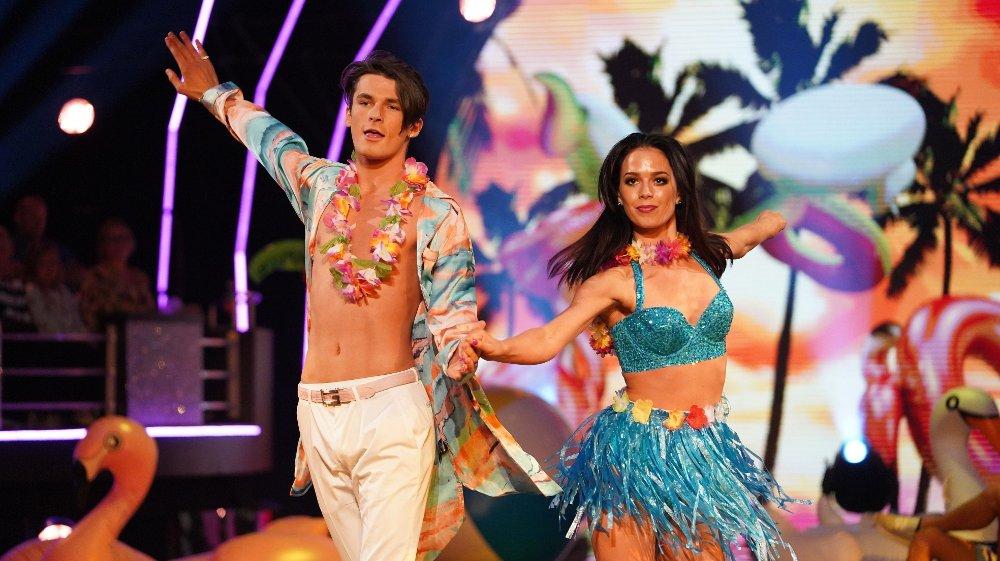 Klikk på bildet for å forstørre. Skal vi danse - program 4 Adrian Sellevoll og Lillian Aasebø, med Aleksander Sæterstøl Skal vi danse - program 3 Bildene kan kun brukes av media i forbindelse med omtale av TV 2 eller TV 2s programmer.