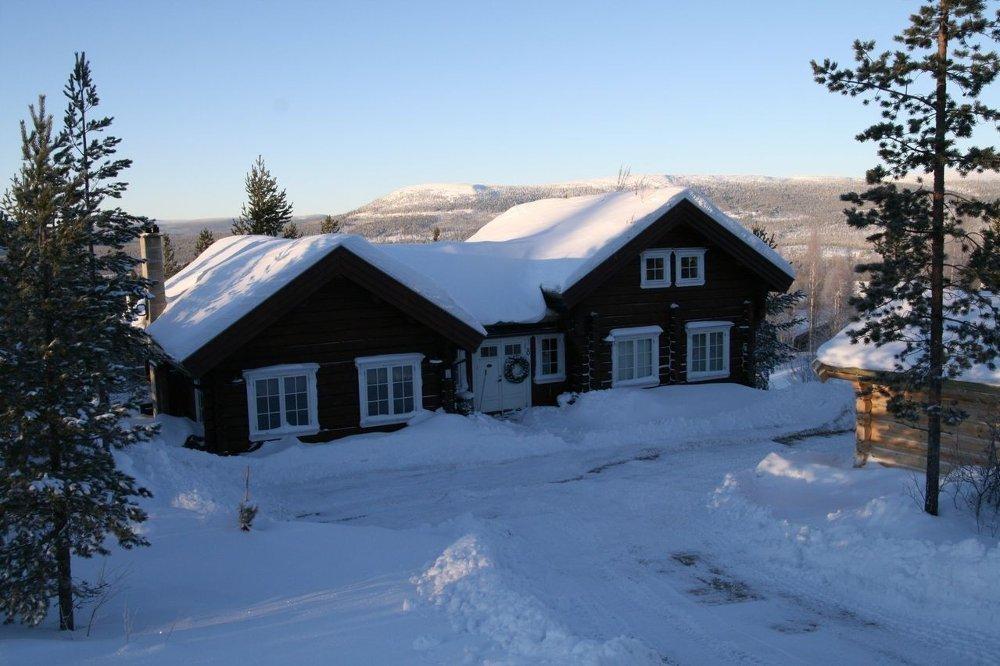 Klikk på bildet for å forstørre. SELGER HYTTEN: Jan Tore Kjær selger hytten på egen hånd.