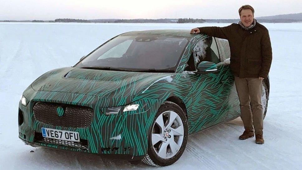 Klikk på bildet for å forstørre. Broom-redaktør Knut Skogstad, her med Jaguars elbil I-Pace.