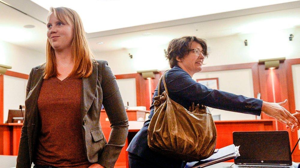Klikk på bildet for å forstørre. Tilli Buchanan smilte da hun forlot retten i Utah på tirsdag, men hun risikerer nå fengsel for å ha tatt av seg på overkroppen foran sin tre stebarn. Til høyre er en av hennes to advokater, Leah Farrell, fra American Civil Liberties Union of Utah