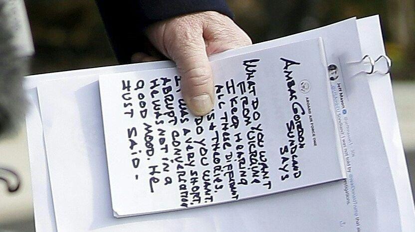 Klikk på bildet for å forstørre. President Donald Trump leste fra sine notater foran Det hvite hus i Washington på onsdag.