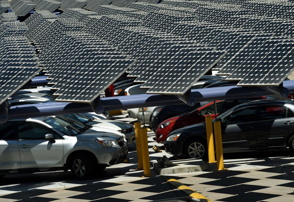 Klikk på bildet for å forstørre. Solar panels used to generate power outside an office building in Los Angeles, California on August 4, 2015. President Barack Obama's Clean Power Plan to slash electricity-generated CO2 emissions was welcomed as a courageous step towards a lower-carbon future, but not yet enough to brake dangerous planet warming. Obama announced August 3 that power plant owners must cut carbon dioxide emissions by 32 percent from 2005 levels by 2030. AFP PHOTO / MARK RALSTON