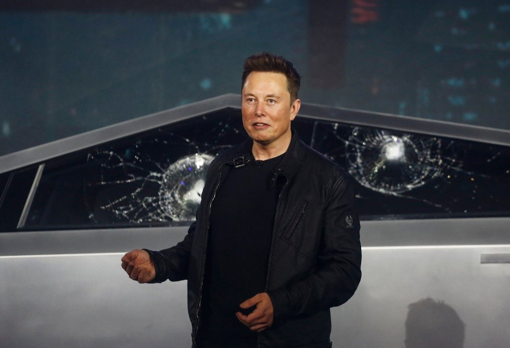 Klikk på bildet for å forstørre. Tesla Pickup Tesla CEO Elon Musk introduces the Cybertruck at Tesla's design studio Thursday, Nov. 21, 2019, in Hawthorne, Calif. Musk is taking on the workhorse heavy pickup truck market with his latest electric vehicle.