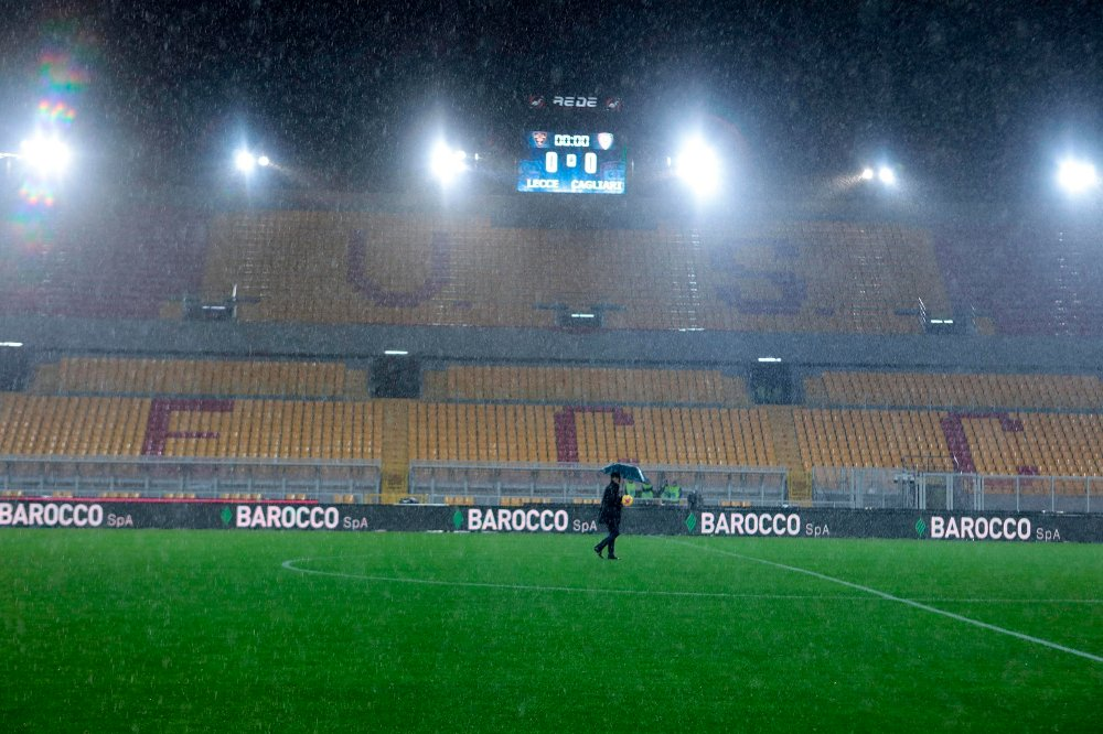 Klikk på bildet for å forstørre. Rains fall over the pitch and empty stands as the Italian Serie A soccer match between Lecce and Cagliari was postponed due to bad weather, at the Via del Mare stadium in Lecce, Italy, Sunday, Nov. 24, 2019.