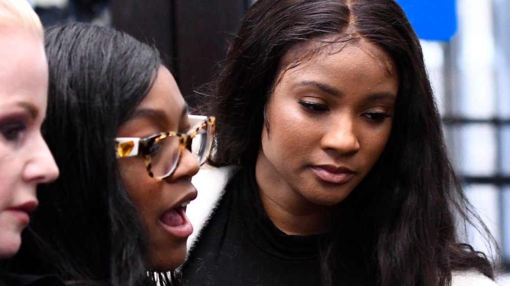Klikk på bildet for å forstørre. Joycelyn Savage, Azriel Clary In this Feb. 23, 2019, photo, Azriel Clary, left, 21, and Joycelyn Savage, 23, leave the the Leighton Criminal Courthouse in Chicago following R&B star R. Kelly's first court appearance on sexual abuse charges.