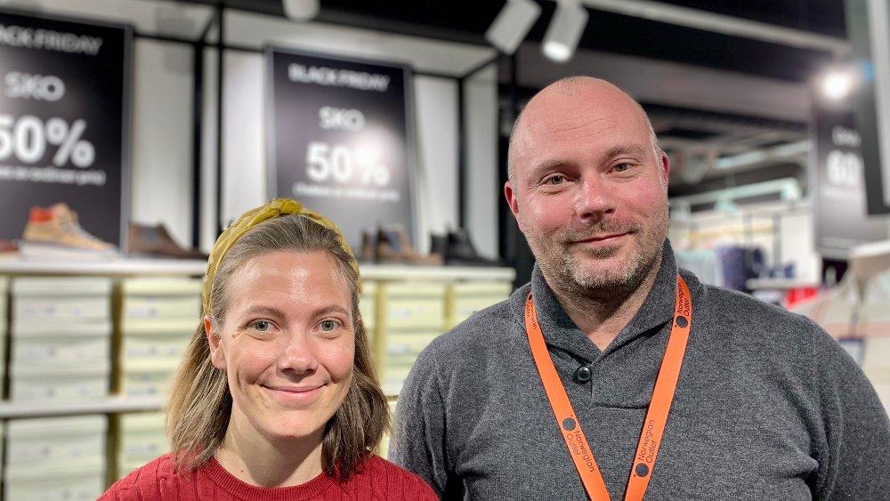 Klikk på bildet for å forstørre. Norwegian Outlet Ålgårds destinasjonssjef Anker Wiinberg sammen med butikksjef Emma Lindqvist på Gant. Lader opp til Black Friday.