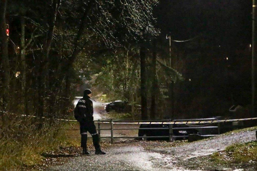 Klikk på bildet for å forstørre. FUNNET DØD: Politisperring i nærheten av stedet på Jeløya i Moss der en kvinne ble funnet død onsdag ettermiddag. Politiet betegner dødsfallet som mistenkelig og en mann er pågrepet i saken.