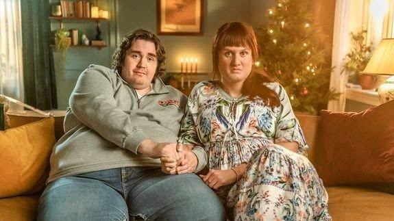 Klikk på bildet for å forstørre. JULESPESIAL: I julespesialen til Parterapi forteller parene i sofaen om sine forventninger til julen. Forskjellige juletradisjoner kan være mer betent enn man aner.