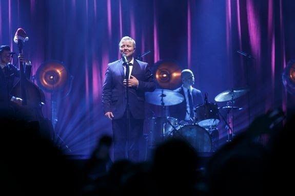 Klikk på bildet for å forstørre. Kurt Nilsen og Kringkastingsorkesteret skal skape julestemning på NRK. Også Christel Alsos og «Gitarkameratene» dukker opp.