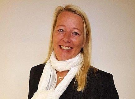 Klikk på bildet for å forstørre. Advokat Marte Svarstad Brodtkorb står oppstilt til en vegg og smiler i kamera.