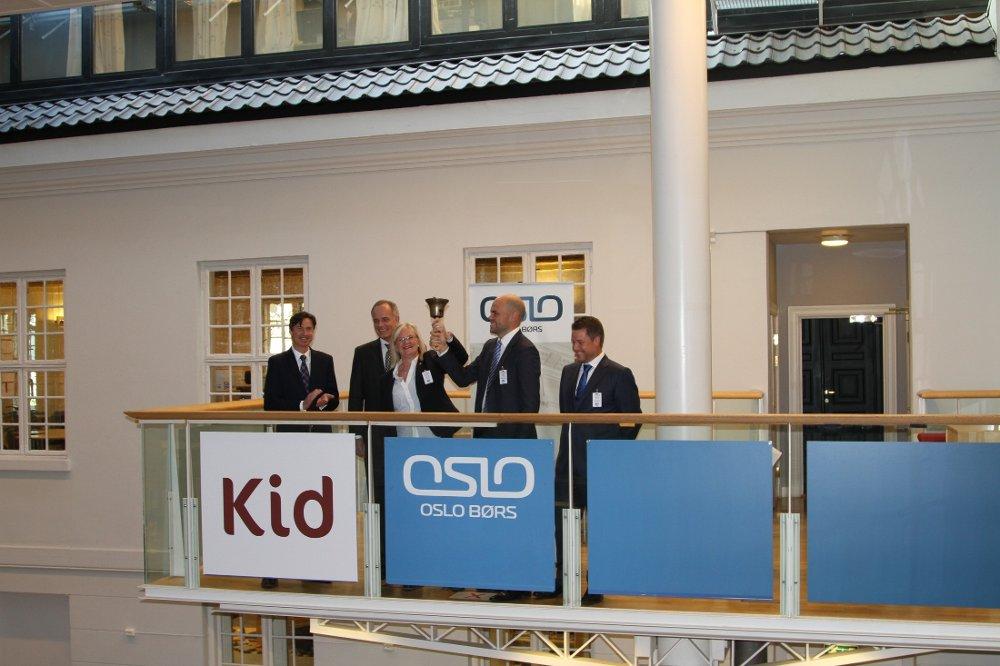 Klikk på bildet for å forstørre. Administrerende direktør Kjersti Hobøl og finansdirektør Petter Schouw-Hansen i interiørkjeden Kid ringer i bjellen mandag formiddag.