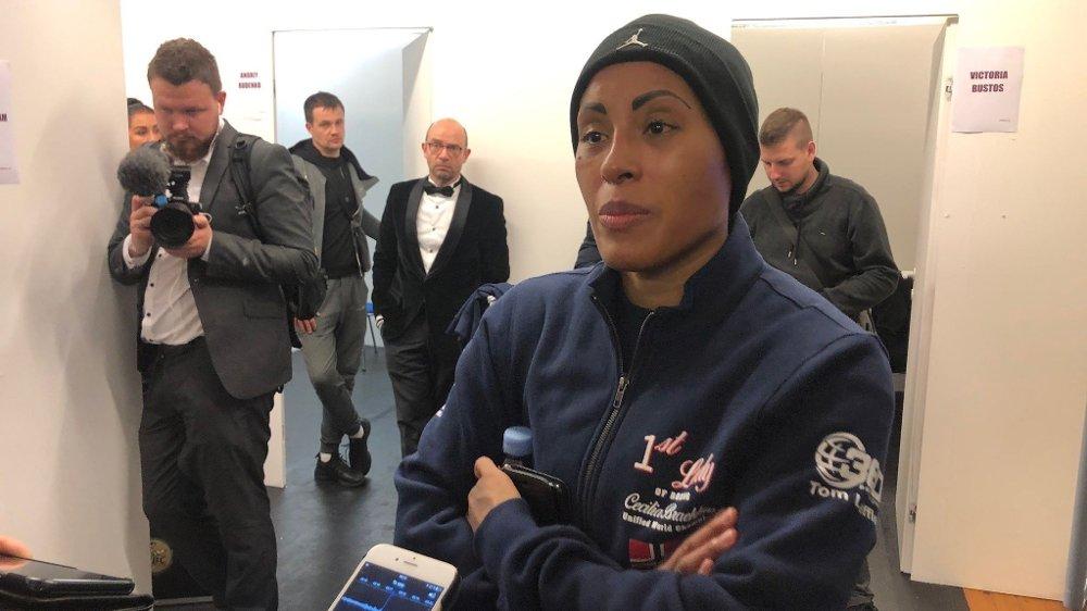 Klikk på bildet for å forstørre. MØTTE NORSK PRESSE: Cecilia Brækhus møtte Nettavisen og øvrig norsk presse i kjelleren under casinoet etter kampen.