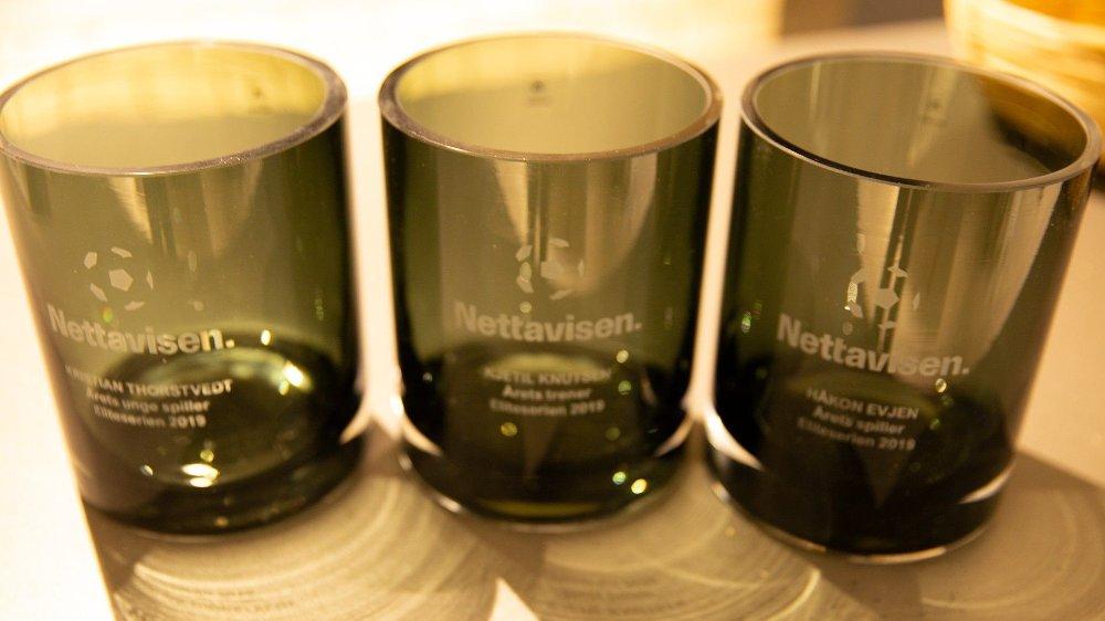 Klikk på bildet for å forstørre. PRISENE: Hver av vinnerne får hver sin vase produsert av Magnor Glassverk.