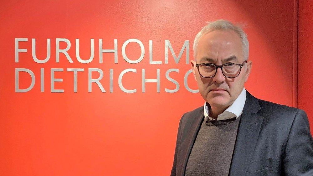 Klikk på bildet for å forstørre. Advokat Trond Olsen Næss, nøytralt uttrykk, briller, grått hår.