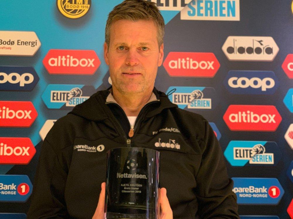 Klikk på bildet for å forstørre. PRISVINNER: Kjetil Knutsen med det synlige beviset på at han vinner Nettavisen-prisen som årets trener i Eliteserien 2019.