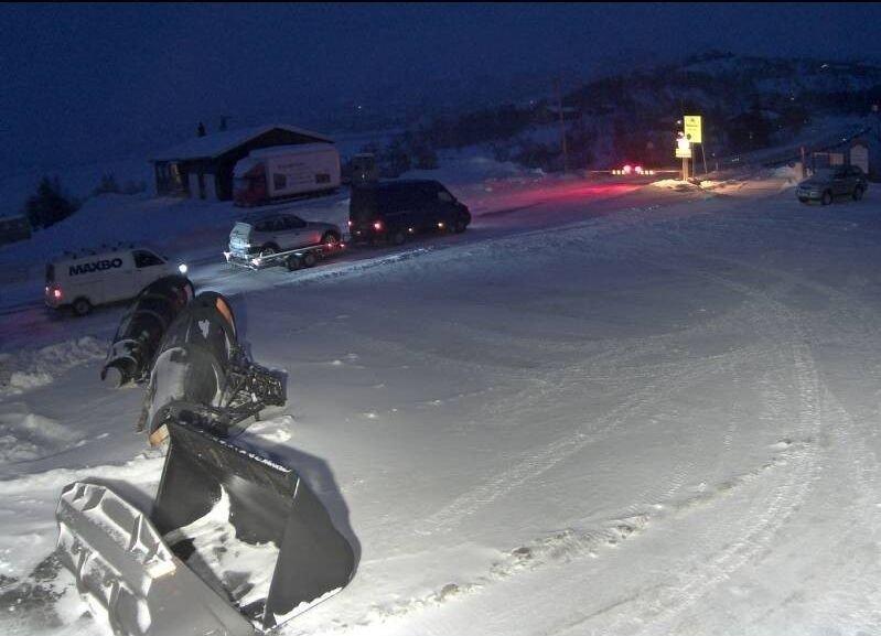 Klikk på bildet for å forstørre. KOLONNEKJØRING: Bilde fra bommen ved riksvei 7 på Haugastøl torsdag morgen. Det er kolonnekjøring over Hardangervidda på grunn av uværet.