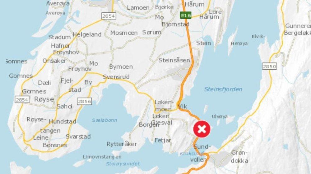 Klikk på bildet for å forstørre. TRAFIKKULYKKE: Tre biler var involvert i en trafikkulykke på E16 ved Sundvollen torsdag morgen.
