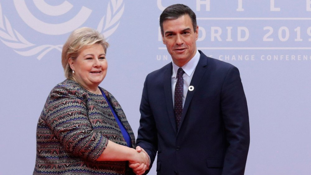 Klikk på bildet for å forstørre. Spain's caretaker Prime Minister Pedro Sanchez and Norwegian Prime Minister Erna Solberg shake hands at the COP25 climate talks summit in Madrid, Monday Dec. 2, 2019. The chair of a two-week climate summit attended by nearly 200 countries warned at its opening Monday that those refusing to adjust to the planet's rising temperatures