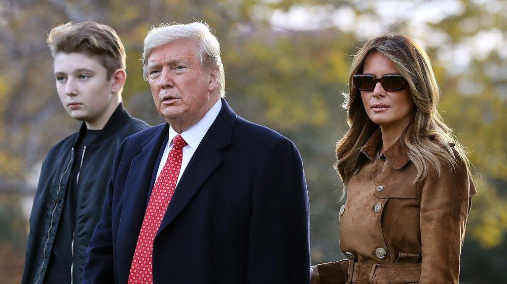 Klikk på bildet for å forstørre. Her er presidentparet sammen med sønnen Barron Trump på et bilde fra slutten av november i år.