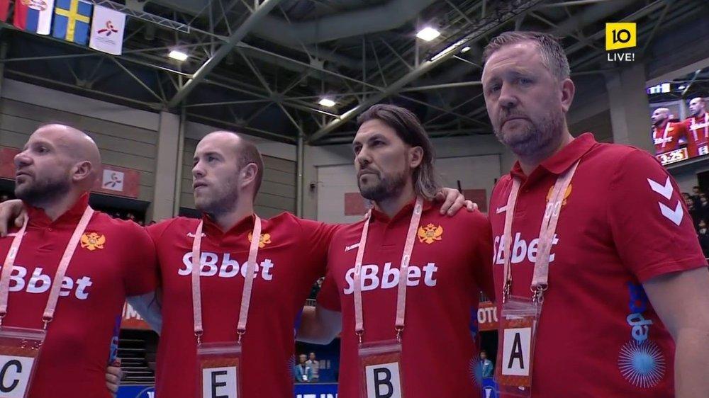 Klikk på bildet for å forstørre. Montenegros trenerteam står sammen under nasjonalsangen før en av lagets kamper under VM.