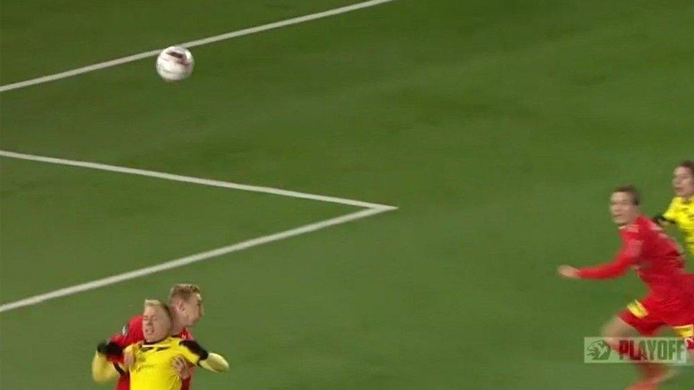 Klikk på bildet for å forstørre. SITUASJONEN: Martin Ramsland gikk ned da denne ballen passerte over ham selv og Tobias Salquist i Lillestrøms 16-meter.