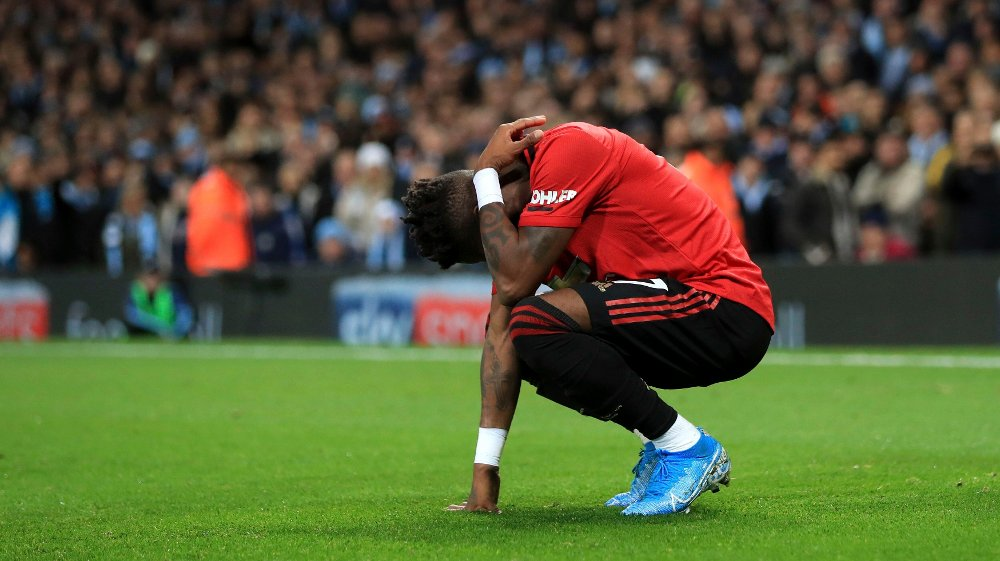 Klikk på bildet for å forstørre. TRUFFET: Manchester Uniteds Fred ble truffet av en gjenstand underveis i kampen mot City. Nå undersøker også vertene mulig rasisme mot United-spillere.