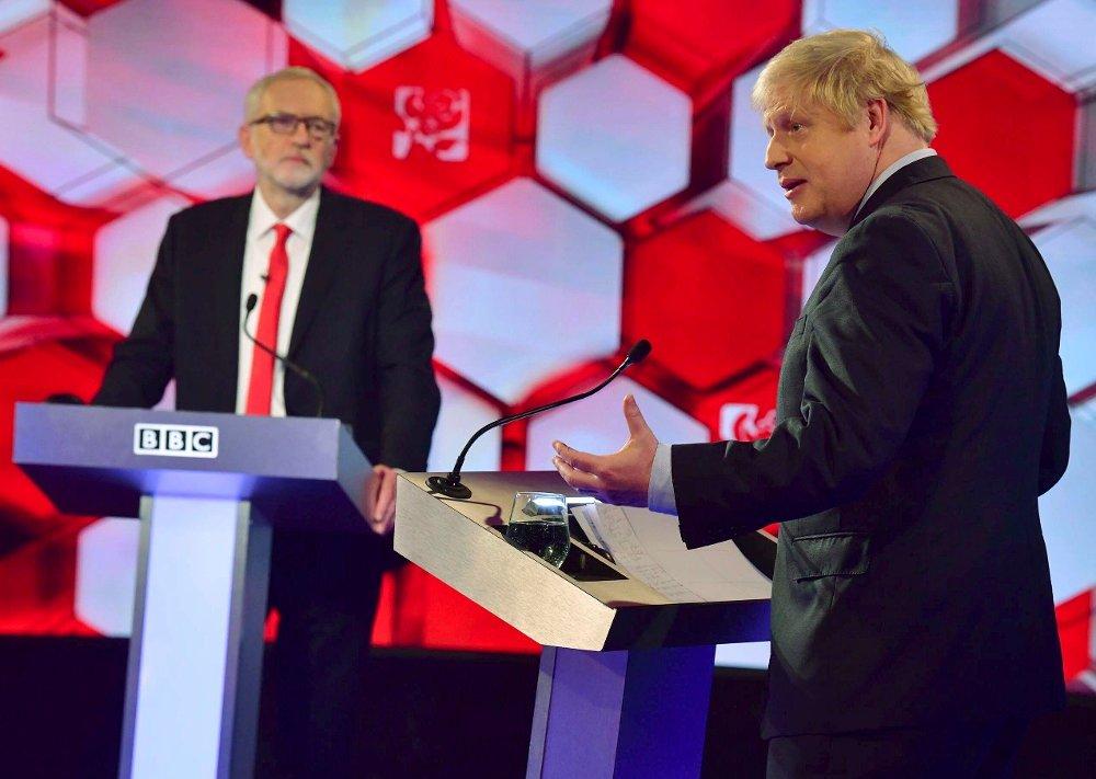 Klikk på bildet for å forstørre. Statsminister Boris Johnson har tatt et klart standpunkt og staket ut en tydelig kurs ut av EU. Opposisjonsleder Jeremy Corbyn at han vil være nøytral i brexitspørsmålet, men gjøre som folket ber om i en ny avstemning etter enda en forhandlingsrunde med unionen. Fredag, seks dager før valget, møttes de to partilederne til TV.debatt på BBC.